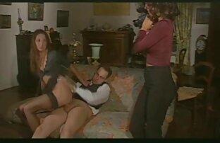 بلوز سکسی که روی نیمکت نشسته ، لباس عکس های سکسی بانو الکسیس زیر زنانه وابسته به عشق شهوانی را برداشته است