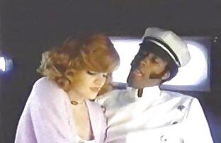 مرد کلاه مادر چربی را با شلوارک پشت صحنه فیلم الکسیس تگزاس آبی روی آلت تناسلی خود قرار می دهد
